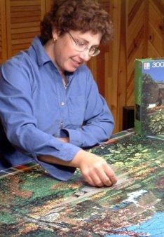 Leslie finishing 3000 piece jigsaw puzzle_DSCF0628